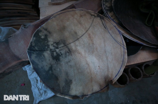 Back to where the biggest drum was made in Vietnam, the whole village was gouged from morning to night - photo 4